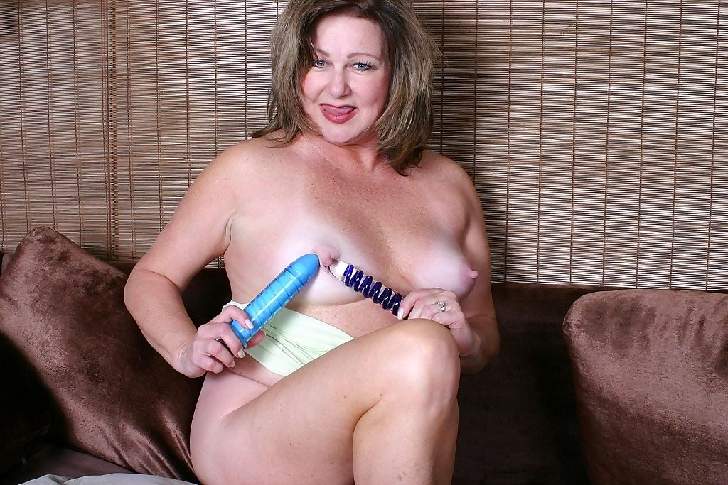 Grandma gilly works her pussy with fingers and dildos - part 4806