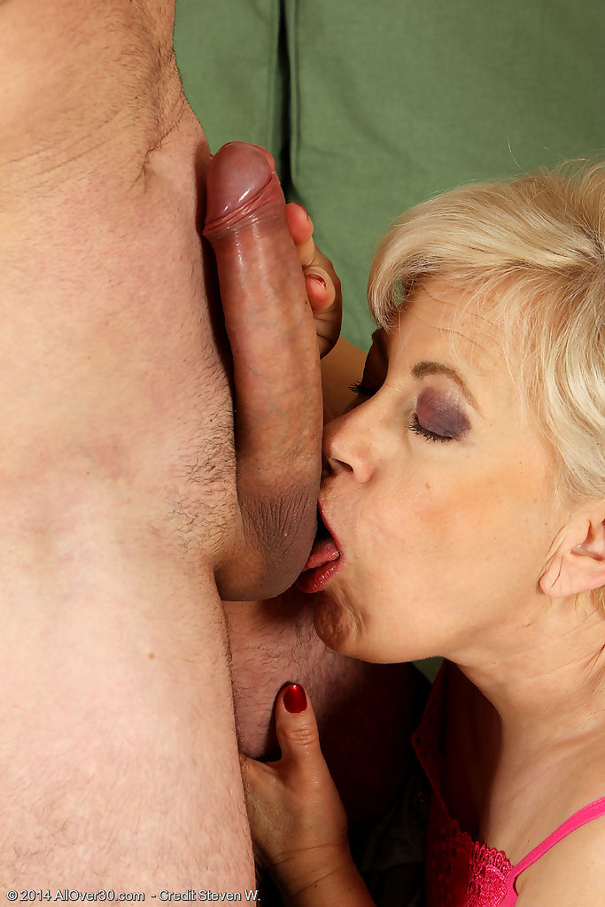 Horny grandma delivers a ball licking blowjob prior to fucking