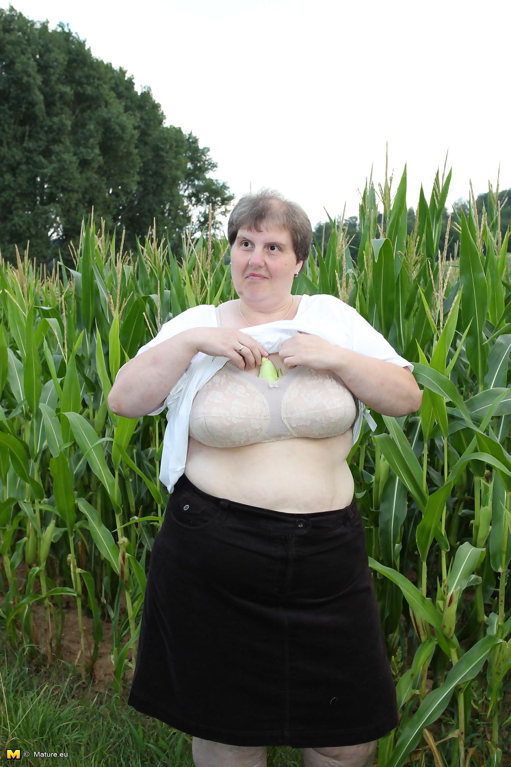 Big mature slut playing in a corn field - part 3327
