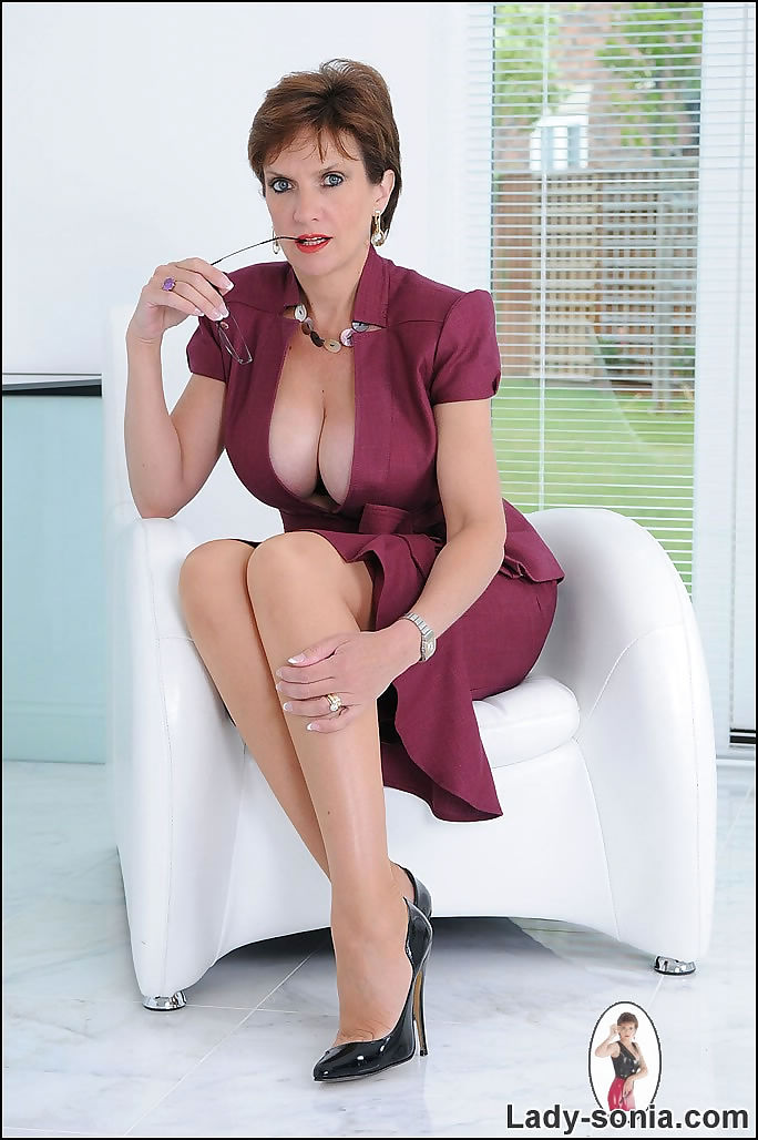 Cleavage and nylons trophy wife lady sonia - part 2422
