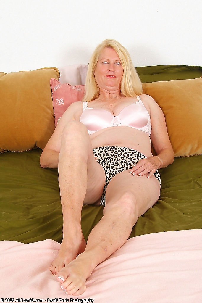 55 year old jose spreads her legs - part 1343