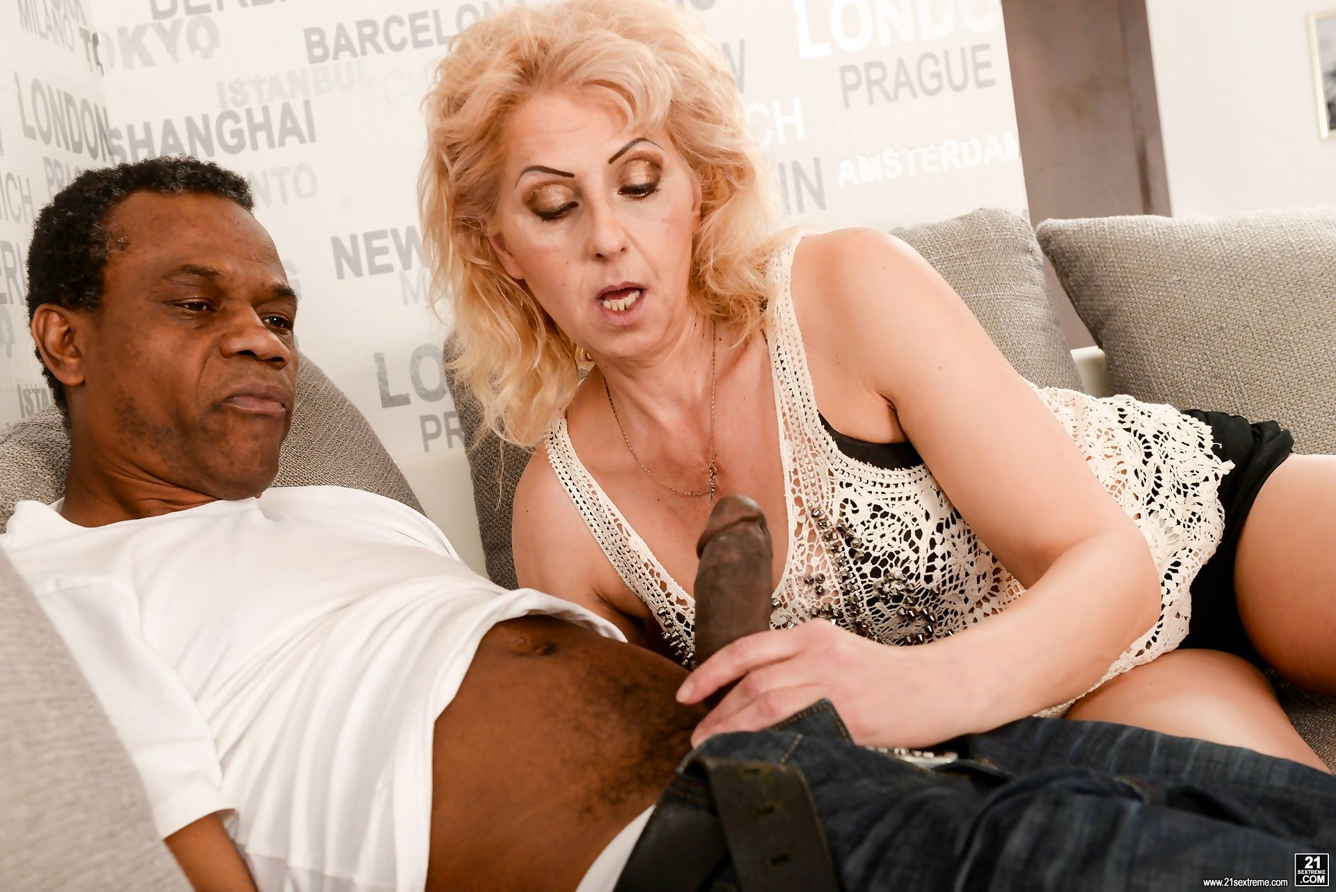 Horny granny ilona loves the taste of hard ebony cock in her mouth. she willingl - part 1559