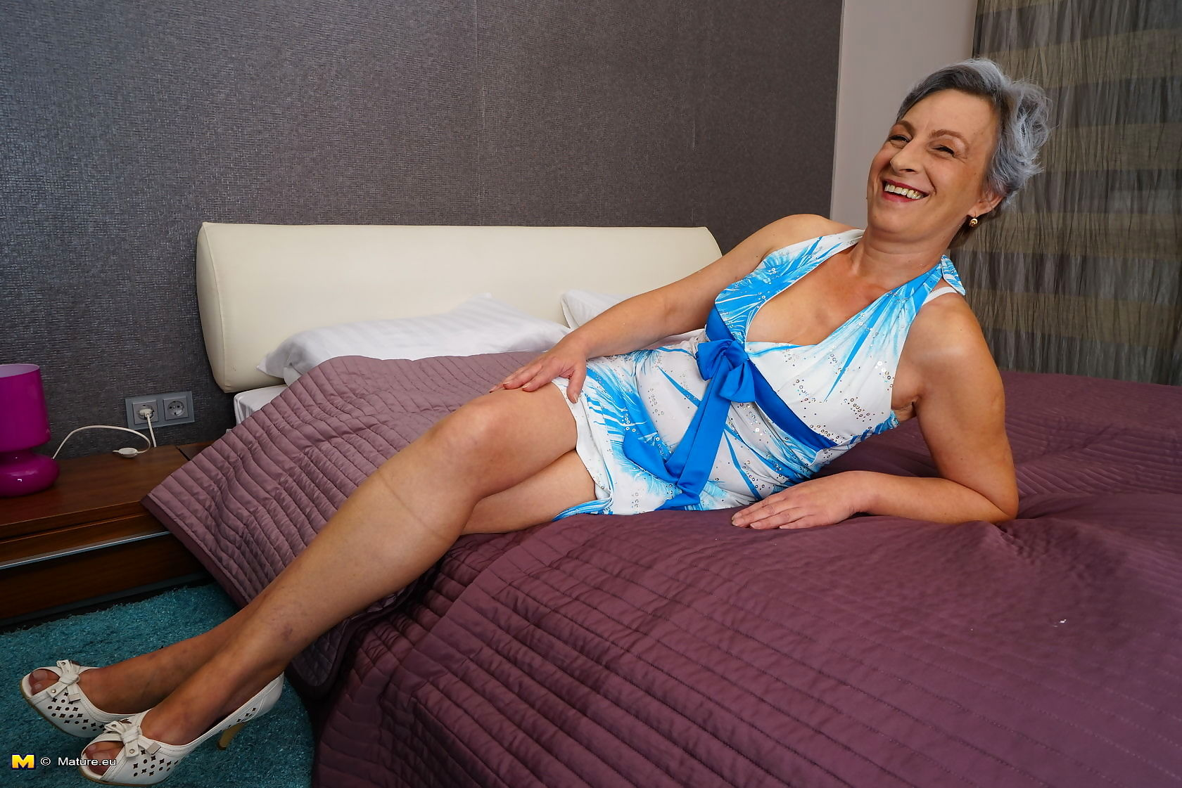 This horny mature lady loves to play alone - part 3502
