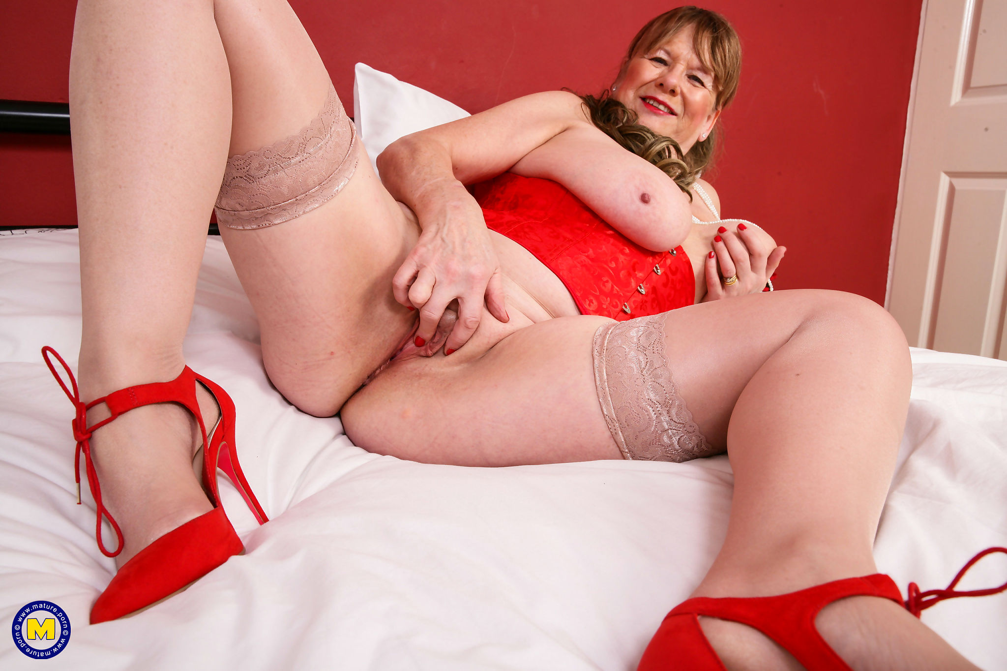 Curvy british housewife shows off her dirty mind - part 1331