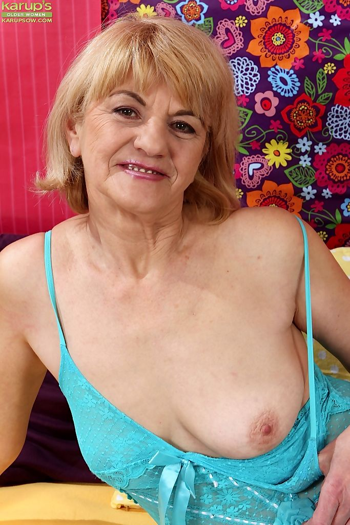 Horny oma Clara toys her vagina while making her nude modeling premiere