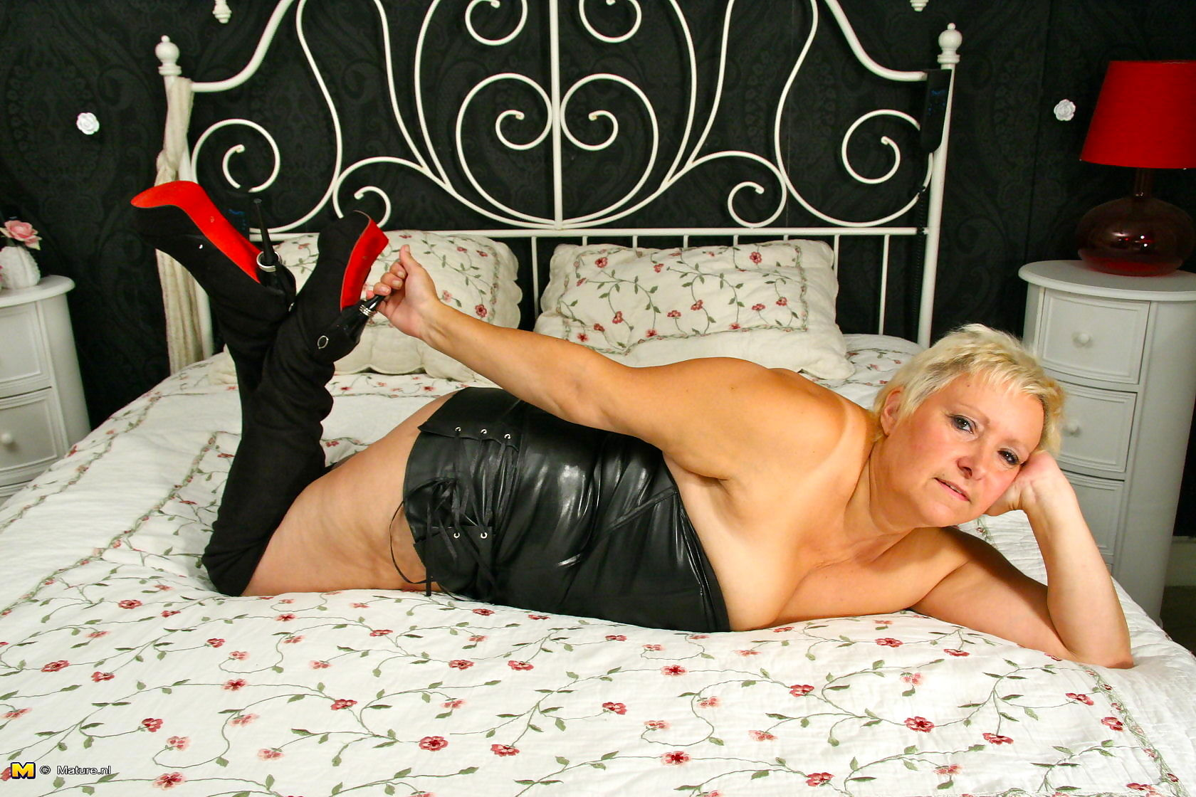 Chubby mature lady feeling a bit naughty - part 3323