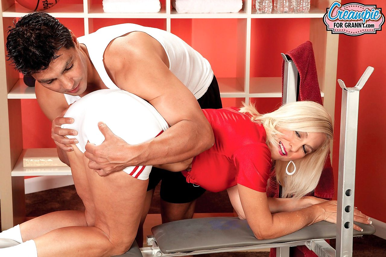 Hot older lady Carrie Romano gets creampied by her personal trainer