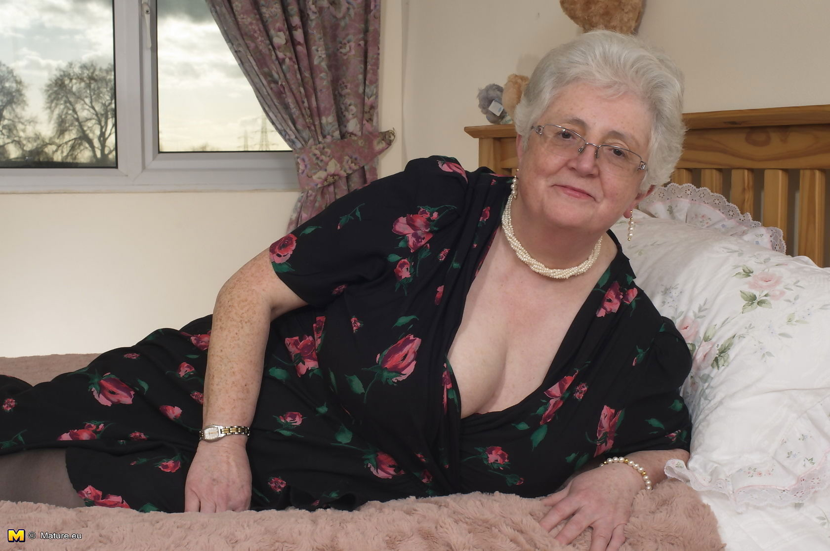 British granny playing with her voluptous body - part 3517