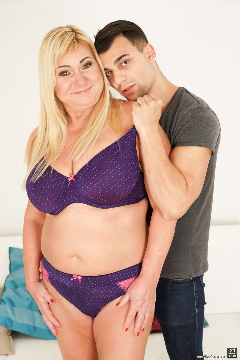 Lucky stud nick vargas gets to have fun with horny granny pam pi - part 2343