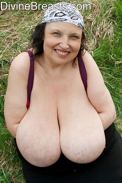 Plump mature babe pulls out her humongous natural tits - part 5046