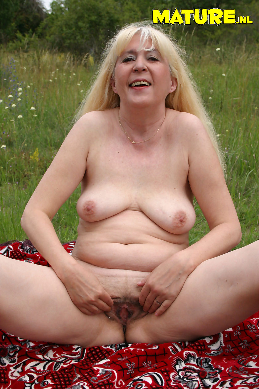 This mature slut loves to get fucked in an open field - part 3538