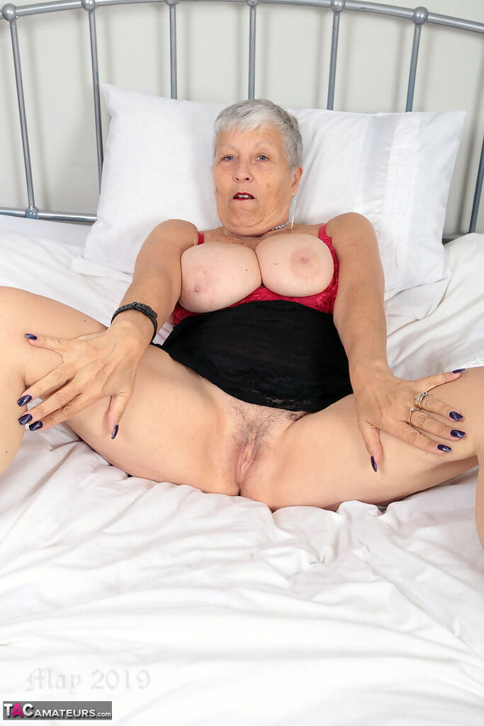 Short haired nan Savana pulls down her pants to get at her horny vagina