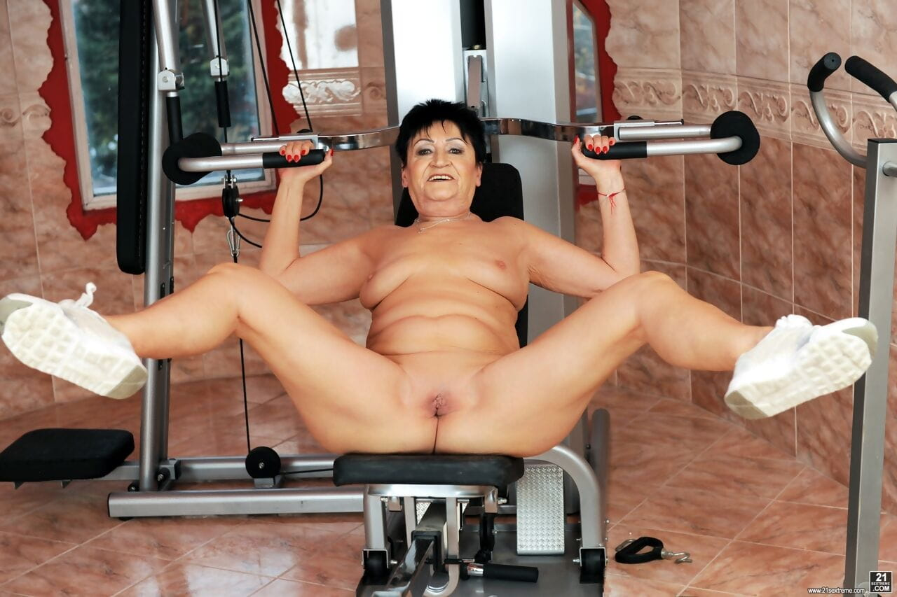 Fit granny goes pussy to mouth with her personal trainer after a workout