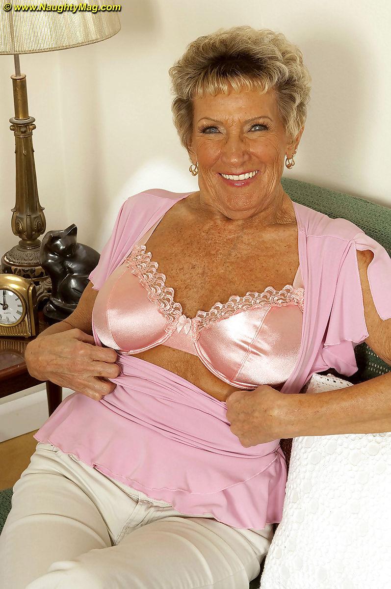 Nackt haarige oma Haarige Oma
