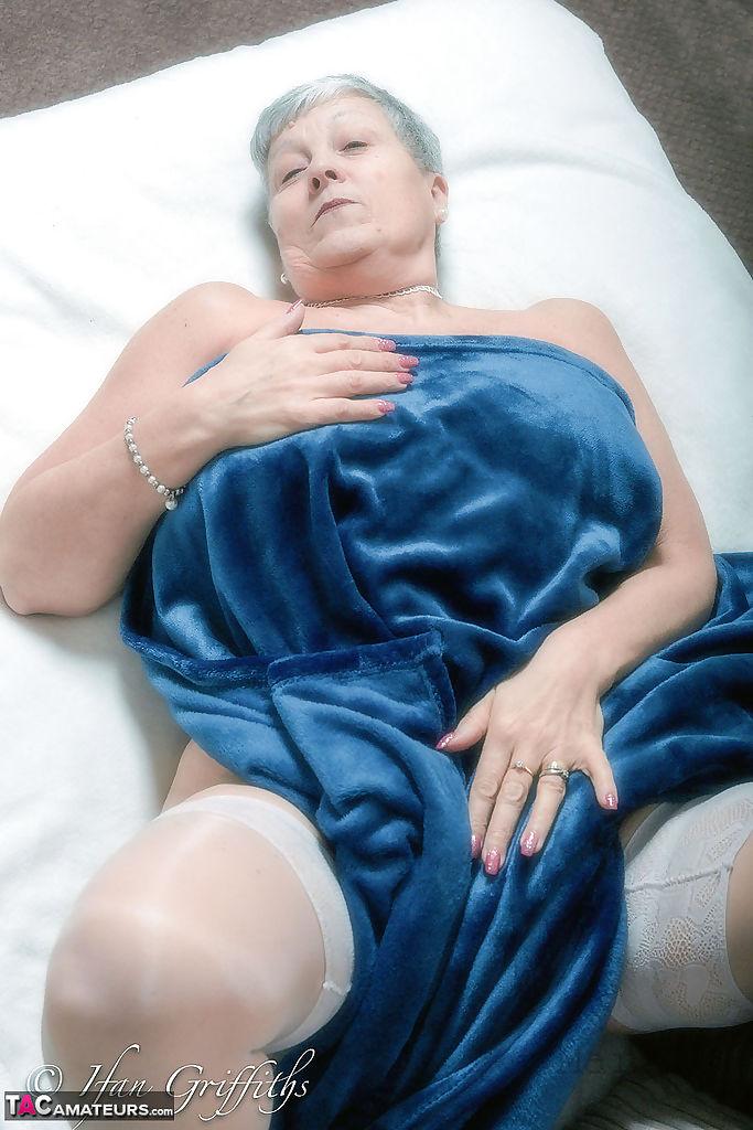 Bett oma nackt auf dem Amateur Oma